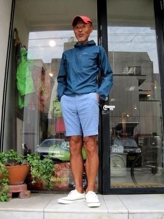 Cómo combinar un chubasquero azul marino: Intenta combinar un chubasquero azul marino junto a unos pantalones cortos celestes para conseguir una apariencia relajada pero elegante. Tenis de lona blancos son una opción estupenda para complementar tu atuendo.
