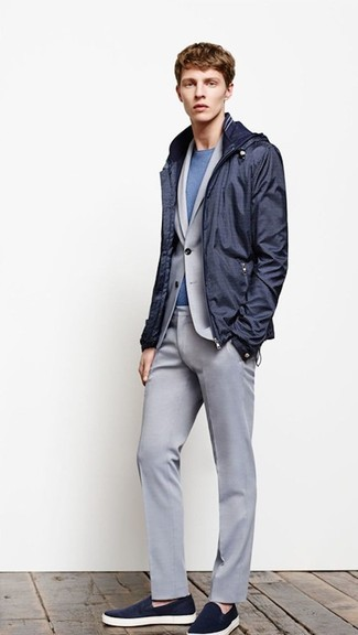 Cómo combinar: chubasquero azul marino, traje gris, camiseta con cuello circular azul, zapatillas slip-on azul marino