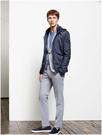 Usa un chubasquero azul marino de hombres de Gant y un traje gris para rebosar clase y sofisticación. ¿Te sientes valiente? Completa tu atuendo con zapatillas slip-on de ante azul marino.