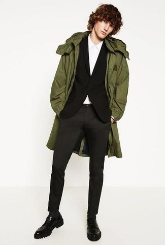 Cómo combinar un blazer negro: Opta por un blazer negro y un pantalón chino en gris oscuro para crear un estilo informal elegante. Luce este conjunto con zapatos derby de cuero gruesos negros.