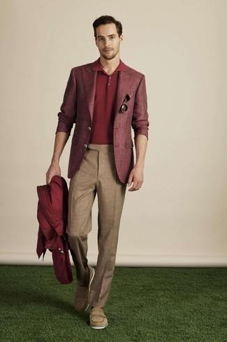 Cómo combinar un pantalón de vestir de lana marrón: Emparejar un chubasquero burdeos junto a un pantalón de vestir de lana marrón es una opción inmejorable para una apariencia clásica y refinada. Con el calzado, sé más clásico y elige un par de mocasín de cuero marrón claro.