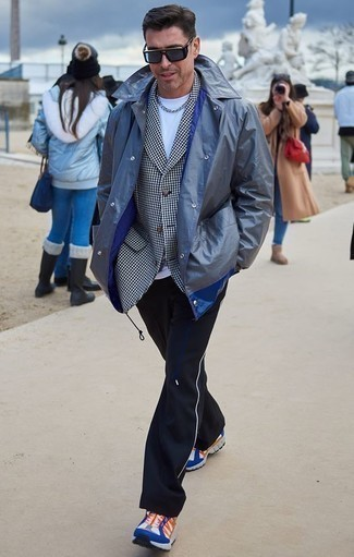Cómo combinar un blazer de pata de gallo en blanco y negro: Para un atuendo que esté lleno de caracter y personalidad haz de un blazer de pata de gallo en blanco y negro y un pantalón de chándal negro tu atuendo. Si no quieres vestir totalmente formal, elige un par de deportivas en blanco y azul.