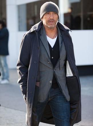 Cómo combinar: chubasquero negro, blazer de algodón gris, cárdigan negro, camiseta con cuello en v blanca
