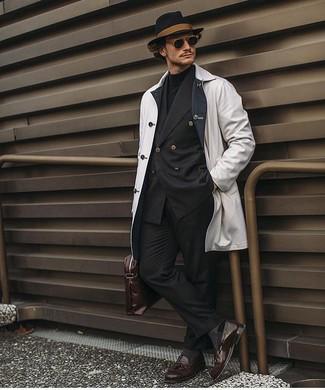 Cómo combinar: chubasquero blanco, blazer cruzado negro, jersey de cuello alto negro, pantalón de vestir negro