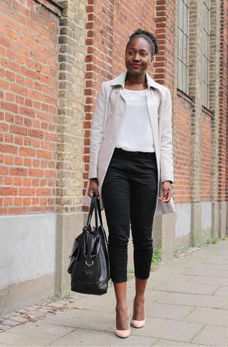 Cómo combinar: chubasquero en beige, blusa sin mangas blanca, pantalón capri negro, zapatos de tacón de cuero rosados