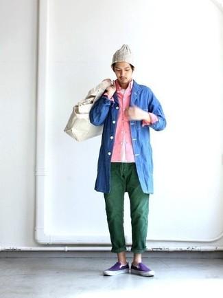 Cómo combinar: chubasquero azul, camisa de manga larga rosada, camiseta con cuello circular blanca, vaqueros verde oscuro