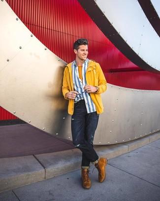 Cómo combinar: chubasquero amarillo, camisa de manga larga de rayas verticales en blanco y azul, camiseta con cuello circular mostaza, vaqueros desgastados azul marino