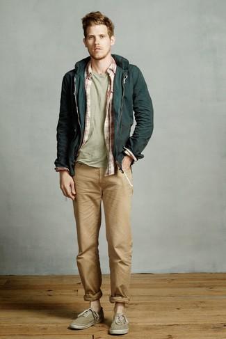 Cómo combinar: chubasquero verde oscuro, camisa de manga larga de tartán en blanco y rojo, camiseta con cuello circular en verde menta, vaqueros marrón claro