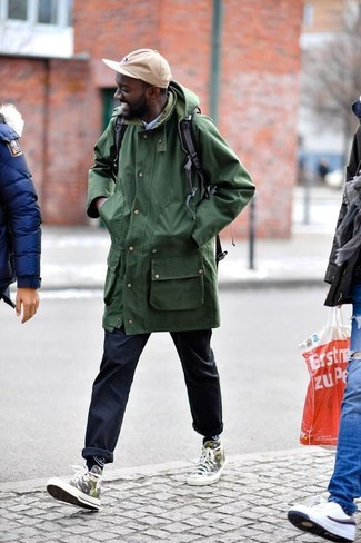 Cómo combinar: chubasquero verde oliva, camisa de vestir celeste, pantalón chino azul marino, zapatillas altas de camuflaje verde oliva