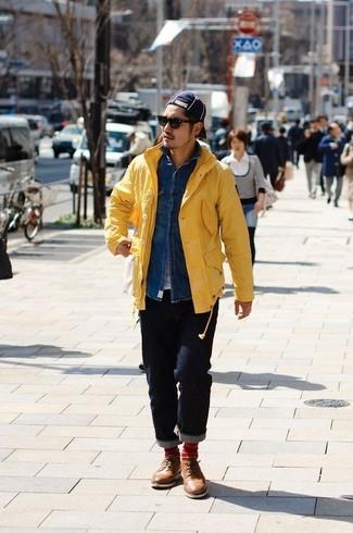 Cómo combinar: chubasquero amarillo, camisa vaquera azul, camiseta con cuello circular blanca, vaqueros azul marino