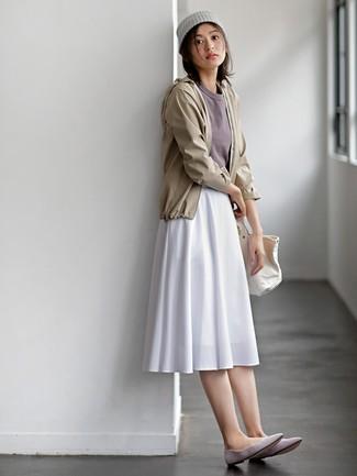 Cómo combinar: chubasquero en beige, camiseta con cuello circular gris, falda midi plisada blanca, bailarinas de ante grises