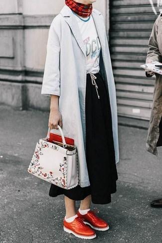 Cómo combinar: chubasquero gris, camiseta con cuello circular estampada blanca, falda midi negra, zapatos brogue de cuero rojos