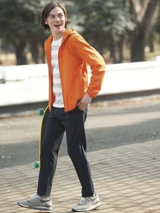Cómo combinar: chubasquero naranja, camiseta con cuello circular de rayas horizontales blanca, pantalón chino negro, tenis de ante grises