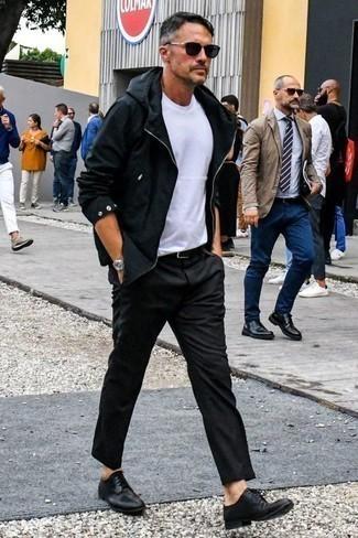 Cómo combinar un chubasquero negro: Empareja un chubasquero negro con un pantalón chino en gris oscuro para una apariencia fácil de vestir para todos los días. Elige un par de zapatos derby de cuero negros para mostrar tu inteligencia sartorial.