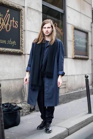 Moda para hombres de 20 años: Para crear una apariencia para un almuerzo con amigos en el fin de semana ponte un chubasquero azul marino y un pantalón chino azul marino. ¿Te sientes valiente? Haz zapatos derby de cuero negros tu calzado.