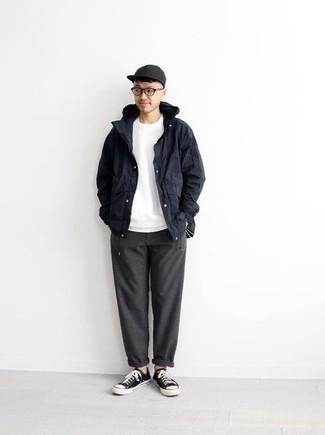 Cómo combinar una chaqueta: Empareja una chaqueta con un pantalón chino en gris oscuro para una apariencia fácil de vestir para todos los días. ¿Quieres elegir un zapato informal? Usa un par de tenis de lona en negro y blanco para el día.