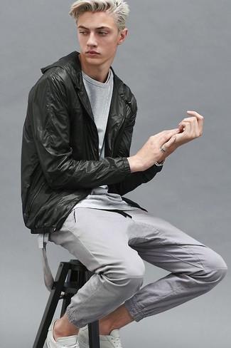 Cómo combinar: chubasquero negro, camiseta con cuello circular gris, pantalón de chándal gris, tenis blancos