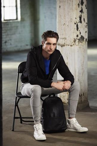 Emparejar un chubasquero negro de hombres de Geox con un pantalón de chándal gris es una opción incomparable para el fin de semana. Este atuendo se complementa perfectamente con zapatillas altas de cuero blancas.