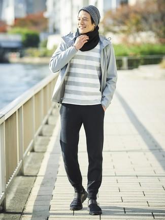 Cómo combinar: chubasquero gris, camiseta con cuello circular de rayas horizontales gris, pantalón de chándal negro, deportivas negras