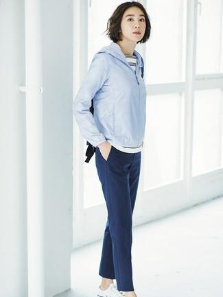 Cómo combinar: chubasquero celeste, camiseta con cuello circular de rayas horizontales en blanco y negro, pantalón de pinzas azul marino, tenis de lona blancos
