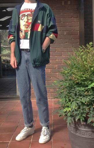 Cómo combinar: chubasquero verde oscuro, camiseta con cuello circular estampada en blanco y rojo, vaqueros azules, tenis de cuero blancos