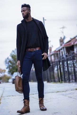 Outfits hombres: Un chubasquero azul marino y unos vaqueros pitillo azul marino son una opción excelente para el fin de semana. Botas casual de cuero marrónes añaden la elegancia necesaria ya que, de otra forma, es un look simple.