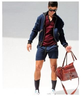 Cómo combinar: chubasquero azul marino, camiseta con cuello en v burdeos, pantalones cortos azul marino, tenis blancos