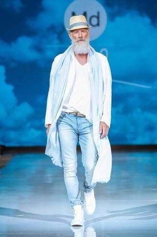 Cómo combinar: chubasquero blanco, camiseta con cuello en v blanca, vaqueros pitillo desgastados celestes, zapatillas altas blancas