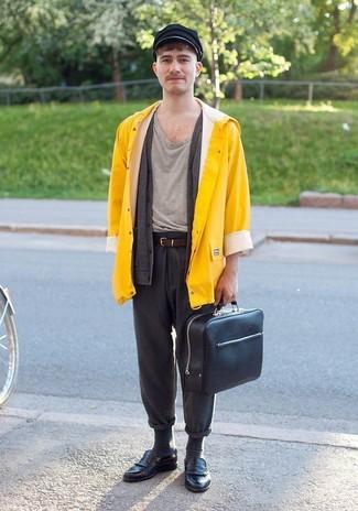 Cómo combinar: chubasquero amarillo, cárdigan en gris oscuro, camiseta con cuello circular gris, pantalón chino de lana en gris oscuro