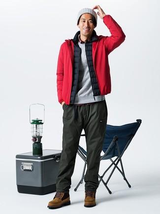 Cómo combinar: chubasquero rojo, chaleco de abrigo negro, camisa de manga larga de tartán roja, pantalón de chándal verde oliva