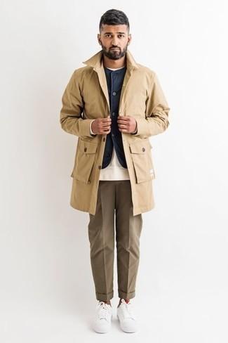 Cómo combinar un chaleco de abrigo azul marino: Haz de un chaleco de abrigo azul marino y un pantalón de vestir marrón tu atuendo para un perfil clásico y refinado. ¿Te sientes valiente? Completa tu atuendo con tenis de lona blancos.