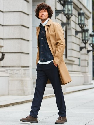 Cómo combinar: chubasquero marrón claro, chaqueta vaquera negra, jersey de cuello alto blanco, pantalón de vestir negro