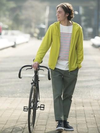 Cómo combinar: chubasquero en amarillo verdoso, camiseta con cuello circular de rayas horizontales blanca, pantalón chino verde oscuro, tenis negros
