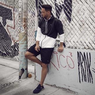Cómo combinar: chubasquero en negro y blanco, pantalones cortos deportivos negros, deportivas negras