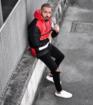Cómo combinar: chubasquero en rojo y negro, vaqueros pitillo desgastados negros, tenis de cuero blancos, calcetines invisibles negros