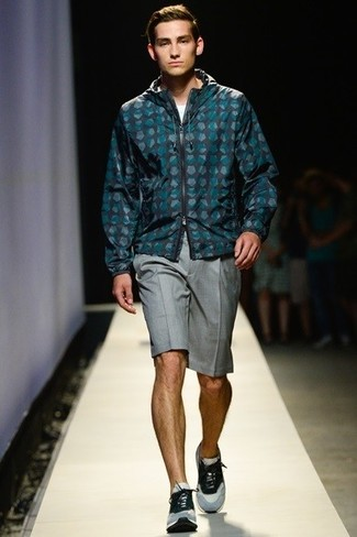 Cómo combinar: chubasquero a lunares en verde azulado, camiseta con cuello circular blanca, pantalones cortos grises, deportivas grises