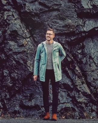 Cómo combinar: chubasquero en verde menta, jersey con cuello circular gris, pantalón chino negro, botines chelsea de ante en tabaco
