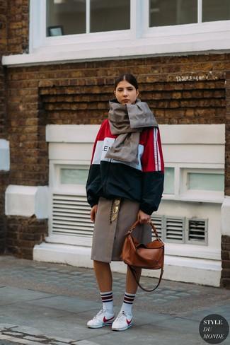 Cómo combinar: chubasquero en blanco y rojo y azul marino, falda midi a cuadros marrón, tenis de cuero blancos, bolsa tote de cuero en tabaco