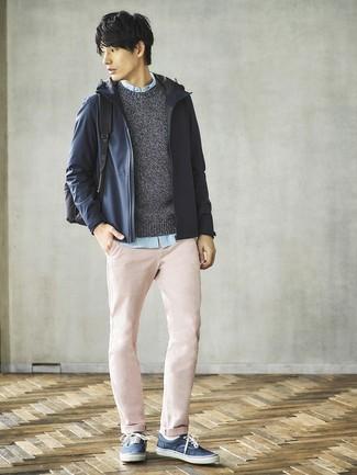 Cómo combinar: chubasquero azul marino, jersey con cuello circular en gris oscuro, camisa de manga larga celeste, pantalón chino rosado