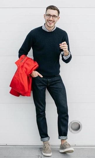 Considera ponerse un chubasquero rojo y unos vaqueros negros de hombres de Givenchy para conseguir una apariencia relajada pero elegante. Este atuendo se complementa perfectamente con tenis de ante grises.