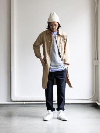 Cómo combinar: chubasquero marrón claro, jersey con cuello circular gris, camisa de manga larga celeste, pantalón chino negro
