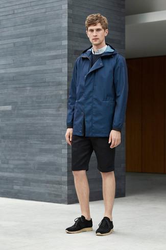 Para crear una apariencia para un almuerzo con amigos en el fin de semana ponte un chubasquero azul marino de Gant y unos pantalones cortos negros. Este atuendo se complementa perfectamente con tenis de ante negros.