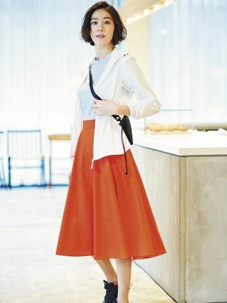 Cómo combinar: chubasquero blanco, jersey con cuello circular celeste, falda midi plisada roja, deportivas negras