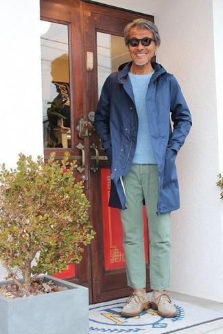 Cómo combinar: chubasquero azul marino, jersey con cuello circular celeste, pantalón chino en verde menta, botas safari de ante en beige