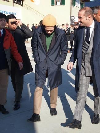 Cómo combinar: chubasquero azul marino, jersey con cuello circular verde, pantalón de vestir marrón claro, botas casual de cuero azul marino