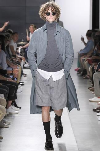 Cómo combinar: chubasquero gris, jersey de cuello alto gris, camisa de vestir blanca, pantalones cortos grises