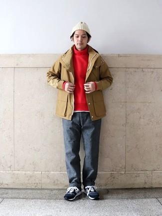 Cómo combinar: chubasquero marrón claro, jersey de cuello alto rojo, camiseta con cuello circular blanca, pantalón chino de lana en gris oscuro