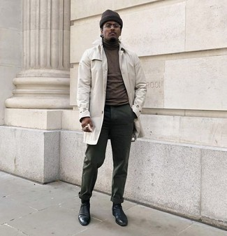 Cómo combinar un jersey de cuello alto en marrón oscuro: Elige un jersey de cuello alto en marrón oscuro y un pantalón chino verde oscuro para una vestimenta cómoda que queda muy bien junta. Con el calzado, sé más clásico y usa un par de botines chelsea de cuero negros.
