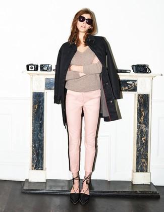 Cómo combinar: chubasquero negro, jersey de pico gris, pantalones pitillo rosados, zapatos de tacón de ante negros