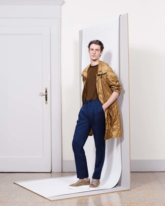 Cómo combinar: chubasquero marrón claro, jersey con cuello circular marrón, pantalón de vestir azul marino, tenis marrónes